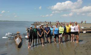 Gruppenbild des Teams am Strand