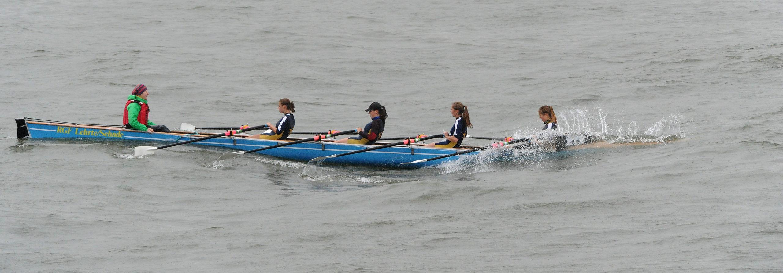 C-Vierer taucht auf dem Rhein in eine Welle ein